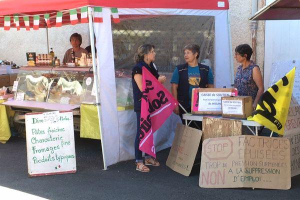 Les factrices en grève sur le marché de Mirande.