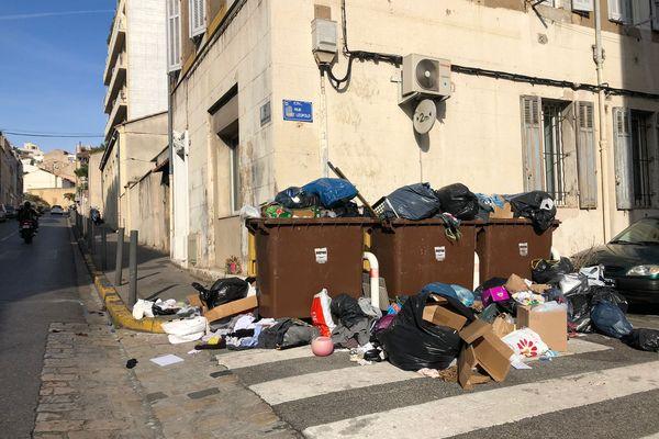 Au Vallon Montebello, dans le 6e arrondissement de Marseille, les détritus s'amoncellent... un peu plus chaque jour.