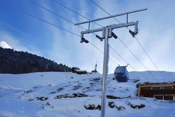Pylônes, câbles, gare de départ et télécabines, on se croirait presque dans une vraie station des Alpes !