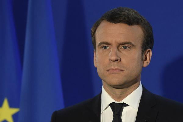 Emmanuel Macron, l'air grave, ce dimanche soir pendant son 1er discours d'après-victoire