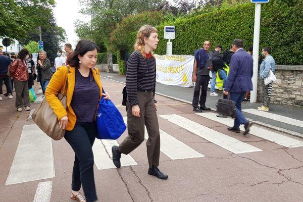 Lola Villabriga, et son avocate, lors de son arrivée au tribunal de Bayonne ce vendredi 26 juin.