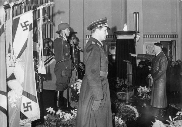 Adolf Galland (à gauche, casqué) face à Adolf Hitler, lors des obsèques du général de la Luftwaffe Ernst Udet en novembre 1941.