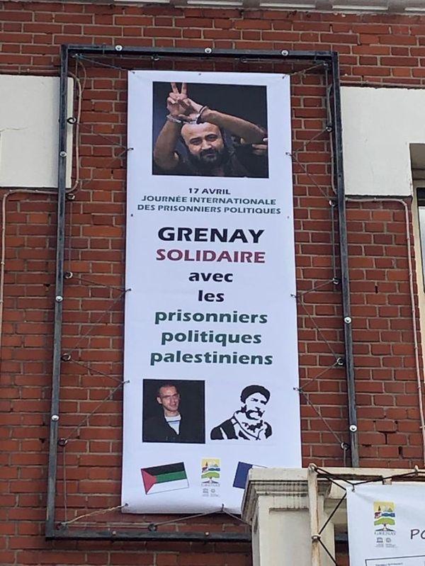 La banderole en soutien aux prisonniers politiques palestiniens accrochée au fronton de la mairie de Grenay dans le Pas-de-Calais.