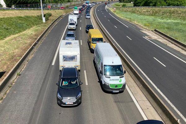 Vendredi 2 juillet, dans les virages de Coudes, dans le Puy-de-Dôme, la circulation est encore difficile, après un éboulement sur la chaussée.
