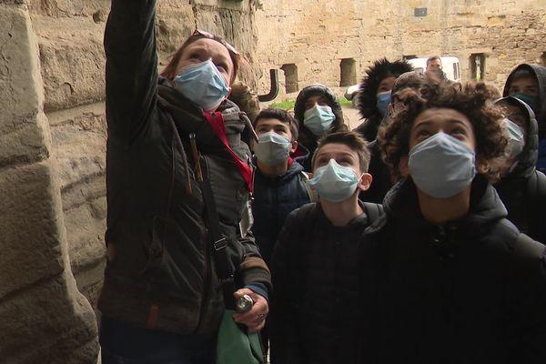 C'est à un groupe d'élèves qu'Anna Philippe, guide-conférencière, peut à nouveau partager sa connaissance des remparts de Carcassonne.