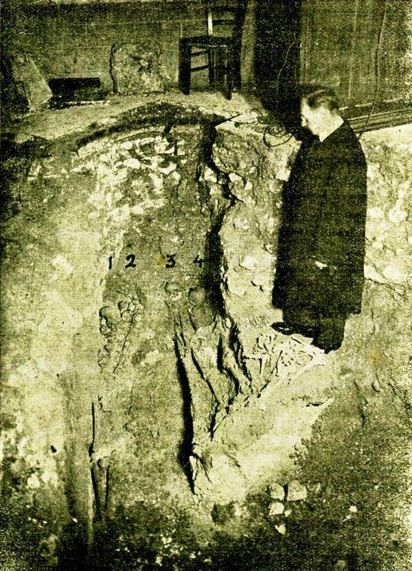 Les squelettes de Gallois de Fougières, Jehan des Quesnes et de deux autres chevaliers furent découverts en 1936 à Auchy-lès-Hesdin.