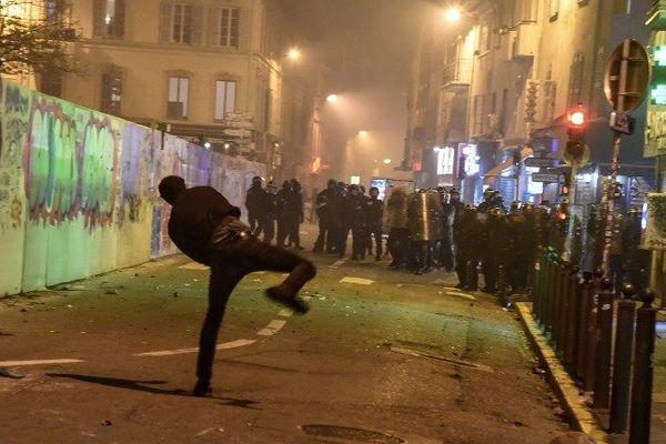 Les affrontements cours Julien entre manifestants et forces de l'ordre ce samedi soir à Marseille