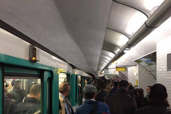 Le métro perturbé ce matin, entre les stations Cambronne et Charles de Gaulle Etoile