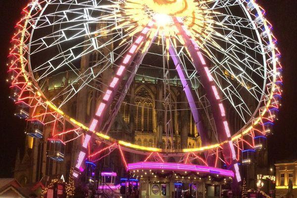 La grande roue haute de 60 mètres installée place d'Armes devant la cathédrale