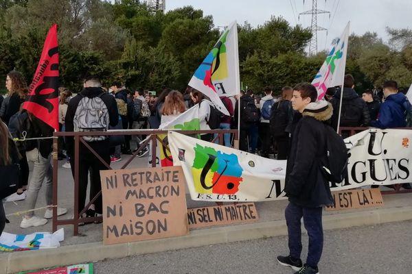 Enseignants et élèves bloquent l'entrée du lycée Lurçat à Martigues.