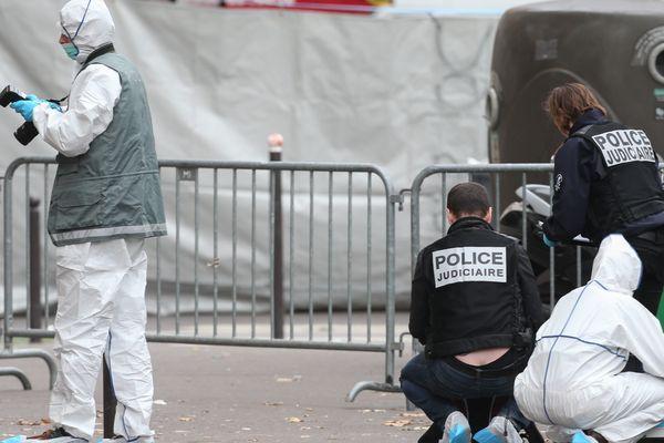 Des enquêteurs de la police scientifique devant le Bataclan, à Paris.