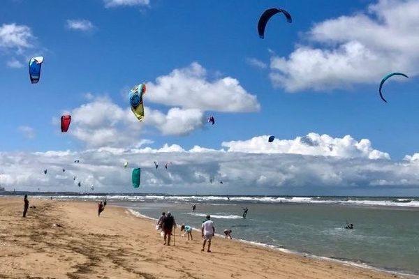 La plage de Merville-Franceville pourrait rouvrir avec des créneaux spécifiques pour le kit-surf