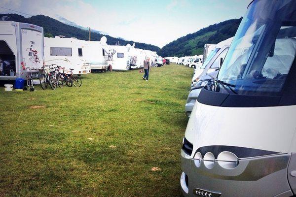 Les camping-cars installés sur le site du Lac de Payolle.