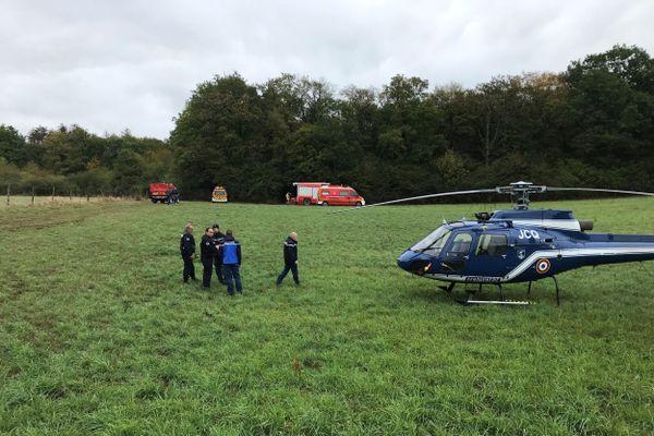Un hélicoptère est arrivé sur les lieux du crash survenu sur la commune de la Chevillotte dans le Doubs. L'accident a fait 3 morts.