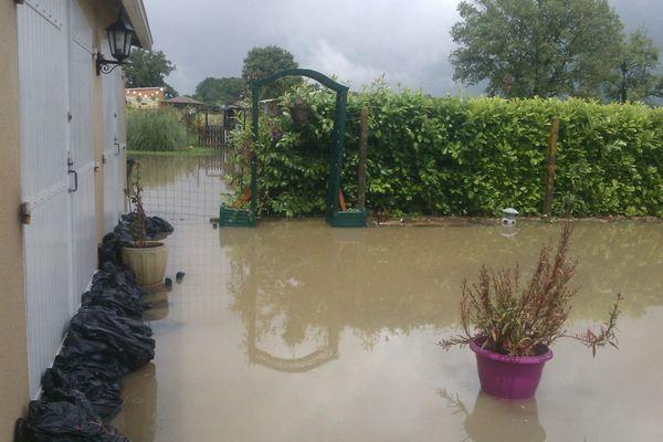 Des habitants de Savigny-Lévescault tente de protéger leurs maisons avec des sacs de sable