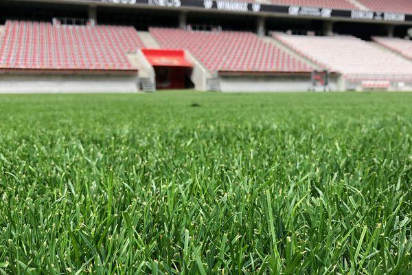 Une image du passé : la pelouse du stade de l'Allianz Riviera à Nice est morte. Vive la nouvelle pelouse.
