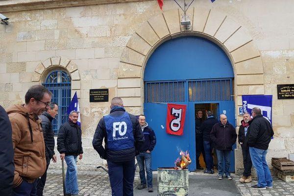 Les surveillants devant la prison de Saintes en Charente-Maritime.