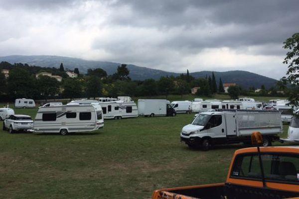 Les caravanes positionnées sur le grand Pré de la commune.