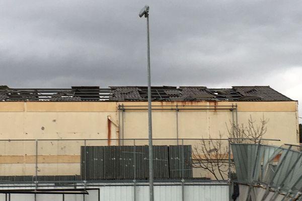 La toiture abîmée du centre commercial.