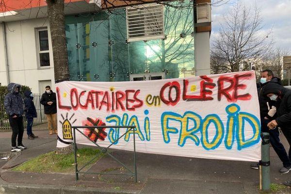 Les locataires se sont rassemblés ce mardi matin devant l'agence de Bagatelle de Toulouse Métropole Habitat pour exprimer leur mécontentement.