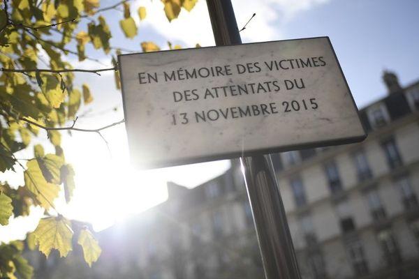 Une plaque en mémoire des victimes des attentats du 13-Novembre, boulevard Voltaire à Paris.