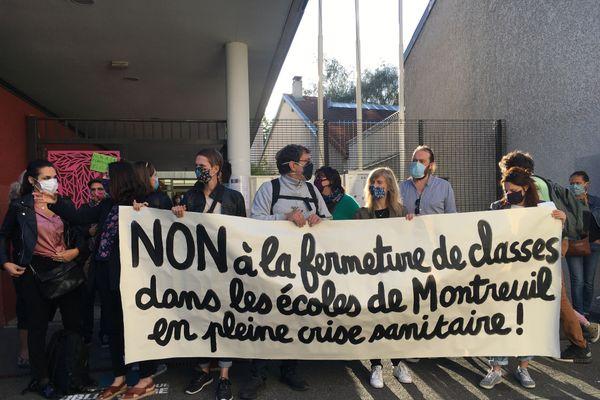 Des parents d'élèves réunis à l'école Louise Michel, à Montreuil, ce lundi matin.