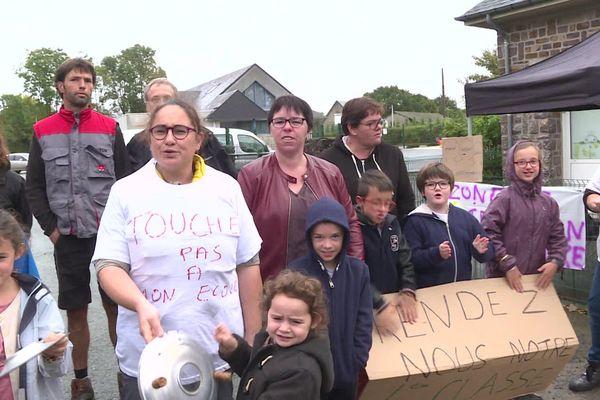 Près de Vire, l'école de Saint-Jean-le-Blanc a perdu l'une de ses quatre classes à la rentrée. Les parents bloquent l'établissement depuis le 1er octobre.