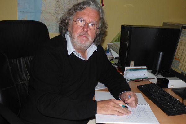 Jean-Paul Lyonnet, plume en main, souhaite mobiliser les habitants de Saint-Romain-le-Puy