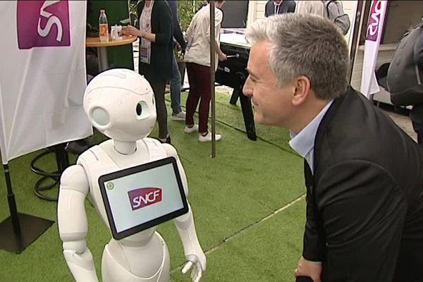 Ce robot accompagne les voyageurs de la SNCF et répond à leurs questions