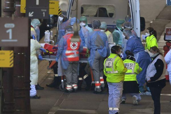 À Strasbourg, les premiers malades du covid-19 sont installés à bord du TGV sanitaire à destination des Pays de la Loire