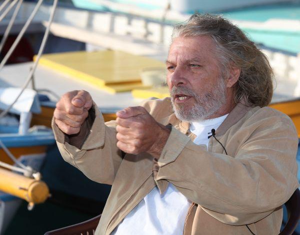 A bord de ce bateau qui intrigue les Azuréens, c'est Eric Sommer qui tient la barre !
