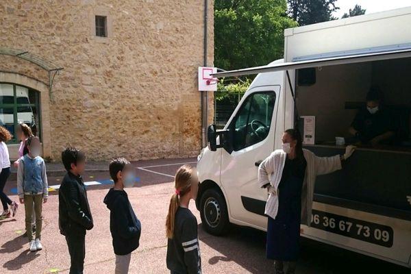 Un foodtruck remplace la cantine de l'école de Tresques (Gard) après le déconfinement et pour plusieurs semaines