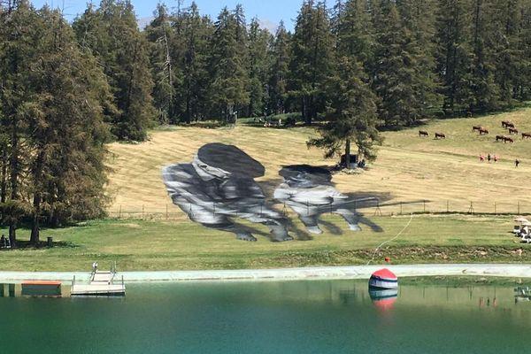 L'oeuvre de l'artiste Saype à Valberg représente la transmission intergénérationnelle.