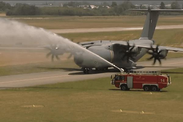 """Le salut des pompiers ... baptême de l'Airbus A 400 M """"Métropole de Lyon"""" - 7/7/15"""