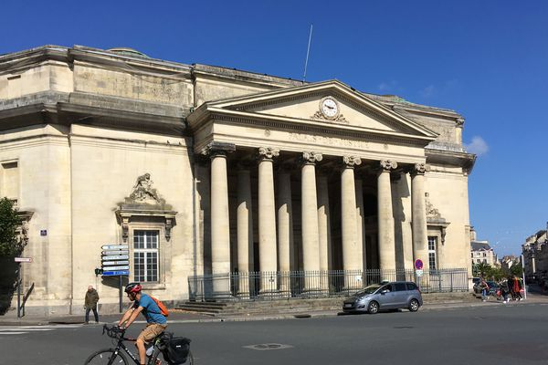 Le palais Fontette de style néoclassique a été achevé en 1830. La construction avait débuté en 1791.