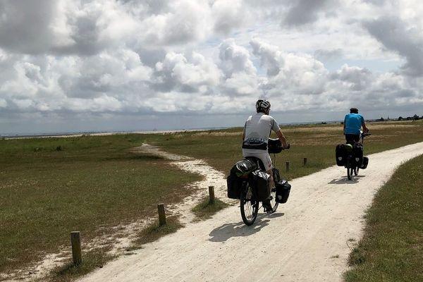 Deux cyclotouristes sur la Vélomaritime, dans la baie du Mont Saint-Michel