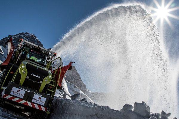 Les services du département des Hautes-Alpes ont déneigé mercredi 15 mai les deux cols du Tour de France.