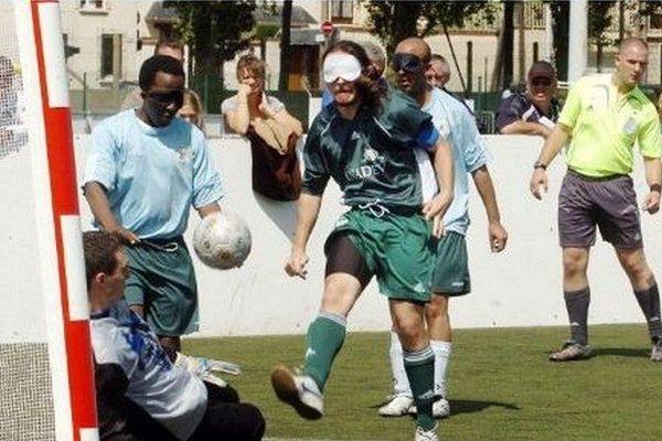 Un joueur de l'équipe bordelaise UNADEV (C) tire lors d'un match de Coupe de France pour non-voyants, Cécifoot, opposant Bordeaux à l'équipe des Lyonnais Guinot Villejuif, le 12 mai 2007 au stade la Cavée verte au Havre.