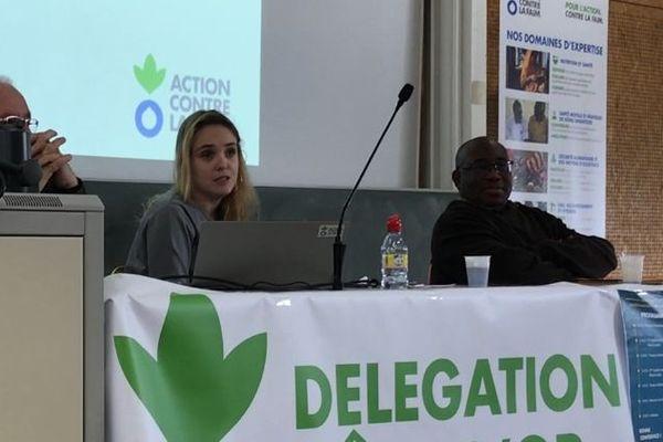 Ninon Leduc, juriste de formation, anime la conférence (à d. Issa Diawara)