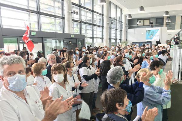 Vendredi 15 mai, nouveau rassemblement des personnels soignants dans le hall du CHU de Saint-Etienne pour protester contre une réorganisation...
