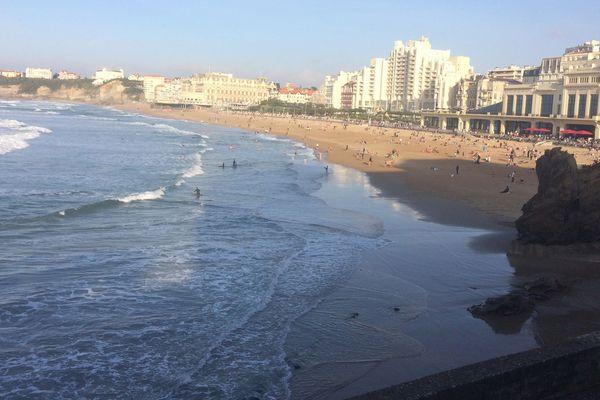 Beaucoup de baigneurs ce jeudi 26 octobre 2017 sur la Grande Plage de Biarritz où 3 personnes ont été secourues