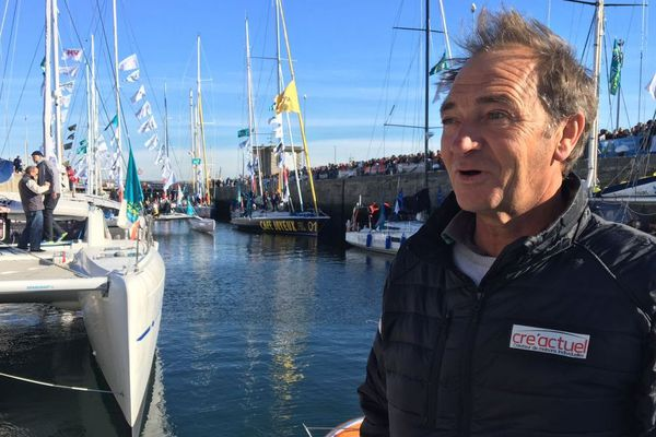 Bertrand de Broc, le skipper de Cre'actuel, lors du passage des écluses ce samedi 3 novembre 2018 à la veille du départ de la Route du Rhum