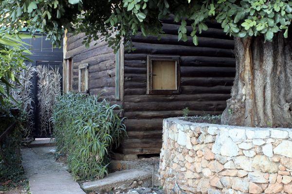 Le Cabanon est situé sur le sentier des Douaniers de Roquebrune-Cap-Martin.