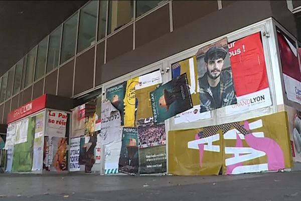 Action anti pub à Lyon : l'entrée du bâtiment de la Métropole de Lyon recouvert d'affiches.