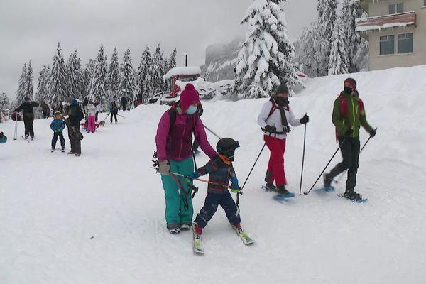 Au Col de Porte ce dimanche, des skieurs, des randonneurs et des amateurs de luge à foison