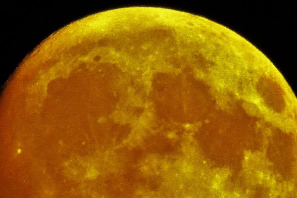 La super Lune observée depuis le pont d'Ancenis (Loire-Atlantique), le lundi 14 novembre en fin de journée.