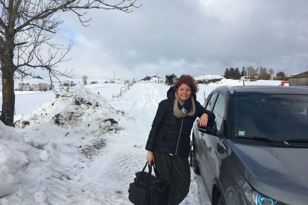A bord de son 4X4, Céline, infirmière libérale, sillonne les routes du Cézallier dans le Puy-de-Dôme.