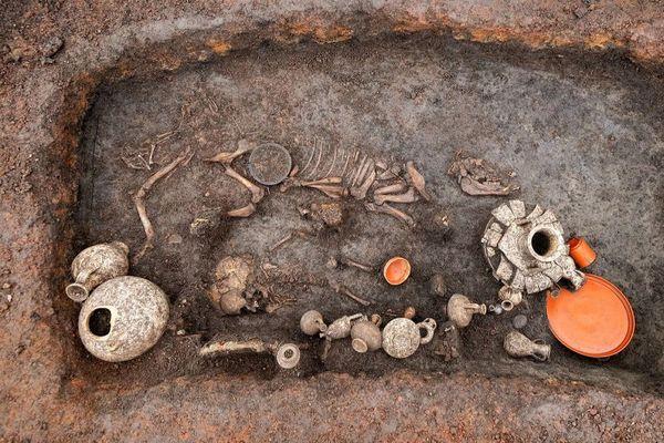 Cette sépulture datant de près de 2 000 ans a été découverte à l'aéroport de Clermont-Ferrand lors de fouilles préventives.