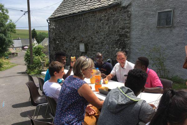 A La Godivelle, le plus petit village du Puy-de-Dôme s'est mobilisé pour accueillir le 8 juillet six jeunes migrants dans son gîte communal, pour une semaine de vacances.