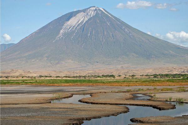 Le Oldoinyo Lengai (Tanzanie) avec ses coulées de carbonatites, en blanc sur le sommet. Un volcan sur lequel l'équipe de Fabrice Gaillard à travaillé.